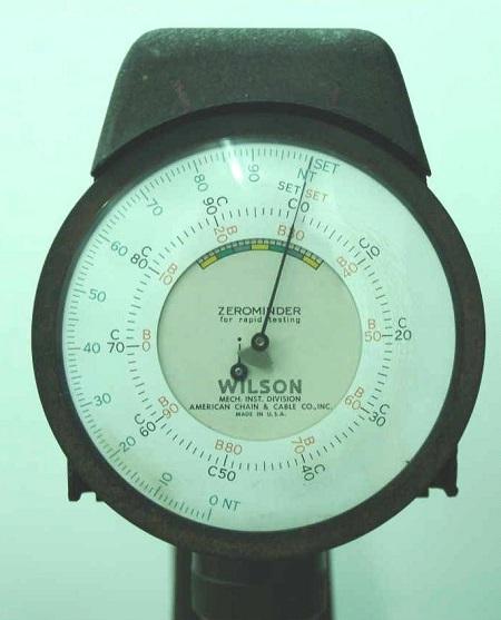 Стрелочный прибор установки измерения твёрдости методом Роквелла