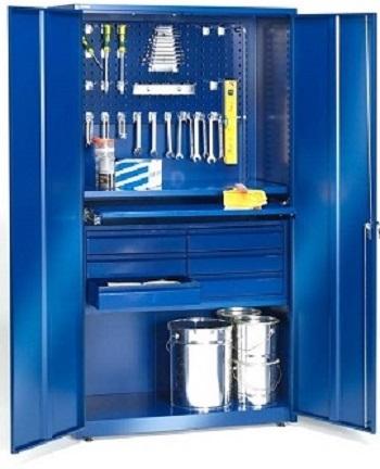 Укомплектованный металлический шкаф для инструмента.