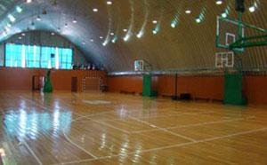 Баскетбольная площадка внутри ангара
