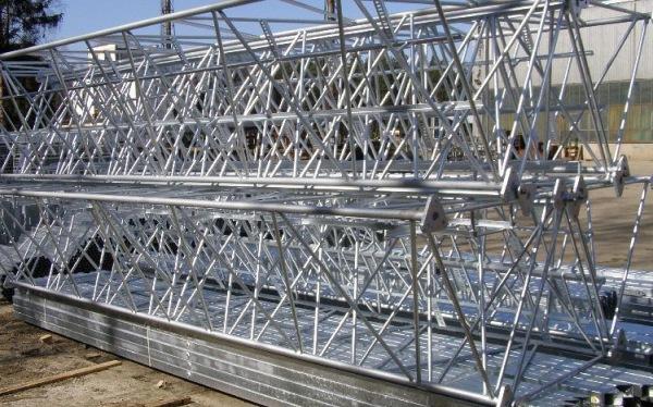 Складирование оцинкованных металлоконструкций.
