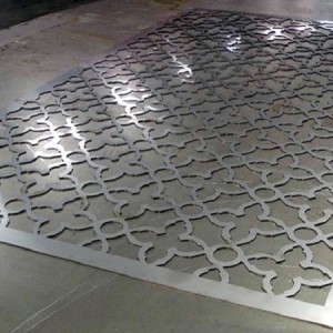 Лазерная резка стального листа.