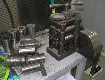 Другая конструкция самодельного ручного вальцовочного станка.