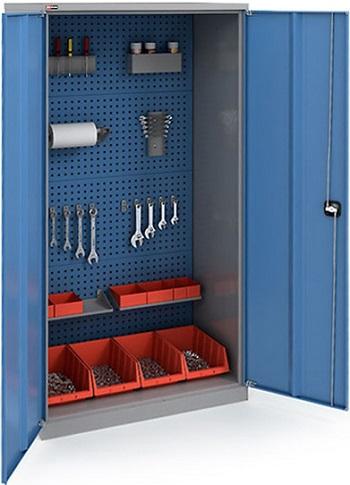 Укомплектованный инструментом шкаф.